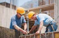 travail en équipe de deux coffreurs bancheurs sur un chantier de gros œuvre.