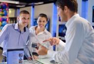 Avant d'entrer en contact avec la clientèle, le conseiller en magasin doit préparer sa surface de vente. Il doit ainsi disposer avec soin les produits dans les rayons ou la vitrine et ranger les produits déplacés par les clients dans le magasin. Il aussi gère l'étiquetage afin que tous les prix soient clairement affichés. Occasionnellement, il peut être responsable de l'animation de son rayon/point de vente autour d'un thème.  Une fois en face à face avec la clientèle, le conseiller doit répondre aux questions et donner des conseils aux clients indécis ; il est là pour fournir des informations pratiques voire procéder à des démonstrations pour les matériels plus technologiques.  Plus la structure est petite, plus le conseiller clientèle doit être polyvalent. Il doit être capable de réaliser un inventaire, de passer des commandes, d'encaisser les règlements et de comptabiliser la recette à la fin de la journée.